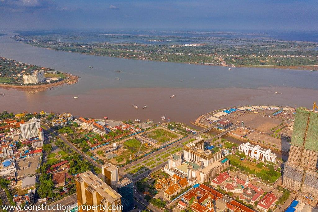 Constructions along Mekong riverbank at risk of collapsing due to excessive sand mining
